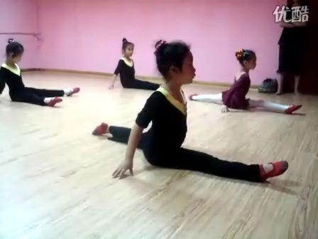 幼儿舞蹈基本功训练视频